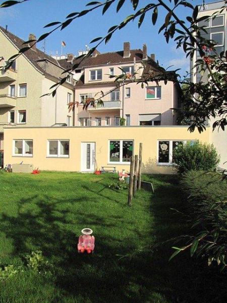 Blick vom Garten auf Kinderbereich & Mutter-Kind-Haus